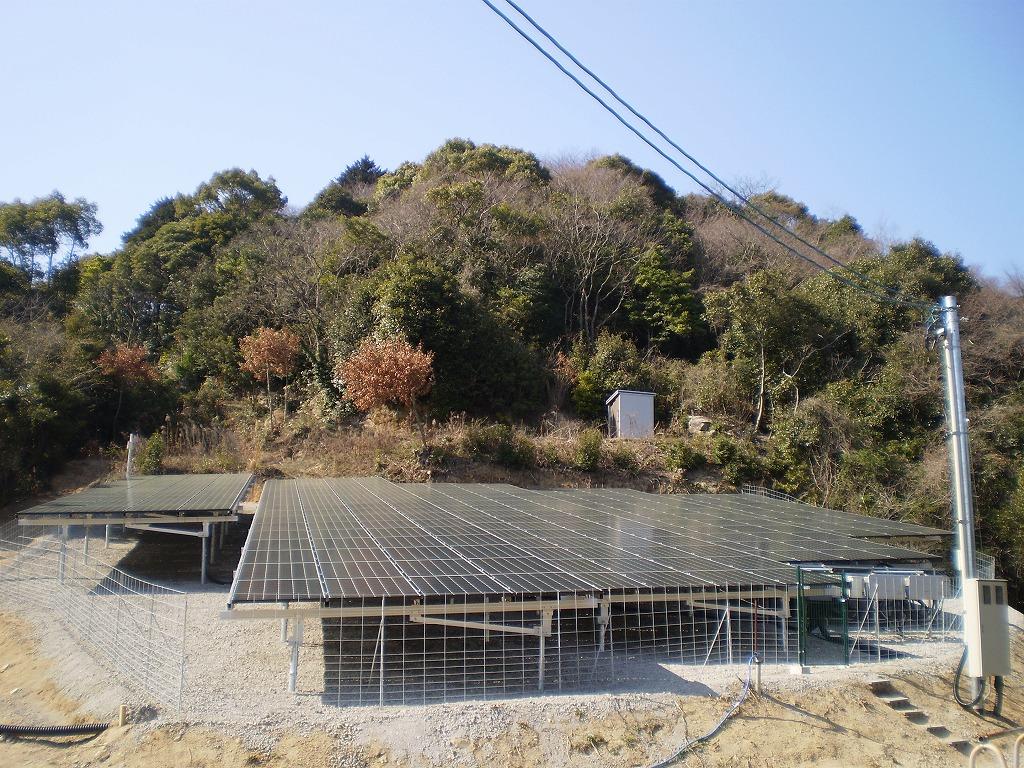 写真:斜面設置太陽光発電所